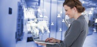 Imagem composta da opinião lateral a mulher de negócios que usa o laptop 3d Fotos de Stock
