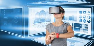 Imagem composta da posição da jovem mulher ao usar vidros video virtuais Fotografia de Stock