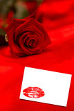 Imagem composta da rosa do vermelho que descansa na seda vermelha Fotos de Stock