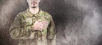 Imagem composta da seção meados de do soldado que toma o juramento foto de stock