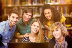 Imagem composta das estudantes universitário que usam o computador Imagem de Stock