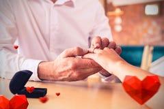 Imagem composta das mãos dos pares e dos corações 3d dos Valentim Imagem de Stock Royalty Free