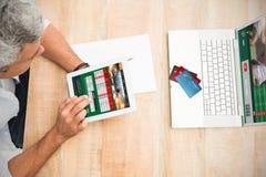 Imagem composta de cartões de crédito coloridos do mundo Fotografia de Stock Royalty Free