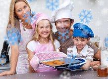 Imagem composta de cookies do cozimento da família na cozinha Fotografia de Stock Royalty Free