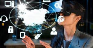 Imagem composta de Digitas da mulher de negócios que olha o mapa e os ícones através dos vidros de VR Imagem de Stock Royalty Free