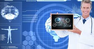 Imagem composta de Digitas do doutor masculino que mostra a tabuleta digital contra gráficos da relação Imagem de Stock Royalty Free