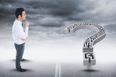 Imagem composta de Digitas do homem de negócios que olha o ponto de interrogação do labirinto contra o céu ilustração do vetor