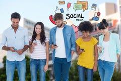 Imagem composta de Digitas dos amigos que usam telefones celulares com vários ícones no fundo Fotografia de Stock