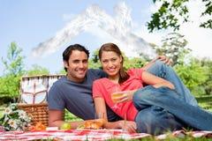 Imagem composta de dois amigos que anticipam quando guardarem vidros enquanto se encontram em uma cobertura Fotografia de Stock