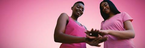 Imagem composta de duas mulheres negras que juntam-se às mãos fotos de stock royalty free