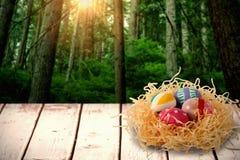 Imagem composta de ovos da páscoa modelados no ninho de papel Fotos de Stock Royalty Free