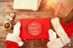 Imagem composta de Papai Noel que guarda um cartaz vermelho Fotos de Stock Royalty Free