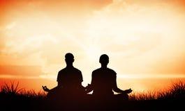 Imagem composta de pares atrativos em meditar branco na pose dos lótus imagens de stock royalty free
