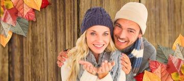 A imagem composta de pares atrativos no inverno forma o sorriso na câmera imagem de stock royalty free
