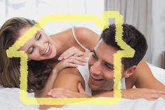 Imagem composta de pares novos românticos na cama em casa Fotos de Stock Royalty Free