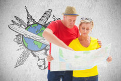 Imagem composta de pares perdidos do turista usando o mapa Fotografia de Stock Royalty Free