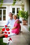 Imagem composta de pares superiores e dos corações que voam da caixa 3d Fotografia de Stock Royalty Free