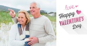 Imagem composta de pares superiores românticos alegres na praia Fotos de Stock