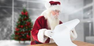 A imagem composta de Santa lê uma lista longa Fotos de Stock Royalty Free