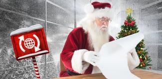 A imagem composta de Santa lê uma lista longa Fotografia de Stock Royalty Free