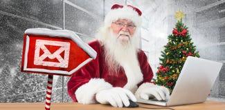 A imagem composta de Santa surfa no Internet Foto de Stock Royalty Free