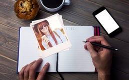 Imagem composta do café bebendo de sorriso da mulher do moderno Fotografia de Stock