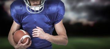 Imagem composta do capacete vestindo do jogador dos esportes ao guardar a bola Imagem de Stock Royalty Free