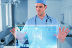 Imagem composta do cirurgião que finge usar a tela digital futurista 3d Fotografia de Stock