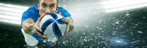 Imagem composta do comprimento completo do retrato do mergulho do jogador de futebol americano imagem de stock royalty free