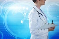 Imagem composta do doutor fêmea que guarda a prancheta e que olha afastado Fotos de Stock