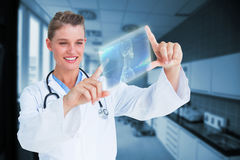 Imagem composta do doutor que olha através do quadro 3d do dedo Fotografia de Stock Royalty Free