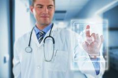 Imagem composta do doutor que toca em uma tela digital 3d Foto de Stock