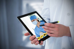 Imagem composta do doutor que usa a tabuleta digital Imagens de Stock