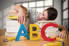 Imagem composta do estudante adormecida na biblioteca Fotos de Stock