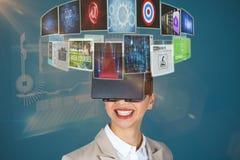 Imagem composta do fim acima da mulher de negócios de sorriso que veste os vidros video virtuais 3d fotos de stock royalty free