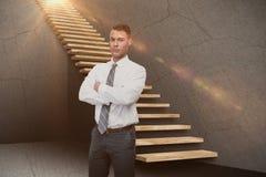 A imagem composta do gerente sério com braços cruzou-se no armazém 3d Imagem de Stock