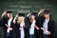 Imagem composta do grupo de adolescentes que comemoram após a graduação foto de stock
