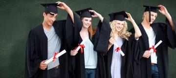 Imagem composta do grupo de adolescentes que comemoram após a graduação foto de stock royalty free