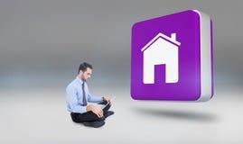 Imagem composta do homem de negócios alegre que senta-se no assoalho usando o portátil Fotografia de Stock Royalty Free