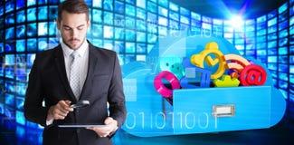Imagem composta do homem de negócios concentrado que usa a lupa Imagens de Stock