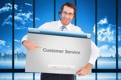 Imagem composta do homem de negócios feliz que mostra o cartão à câmera Imagens de Stock