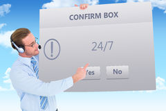 Imagem composta do homem de negócios que apresenta auriculares vestindo do cartão Foto de Stock Royalty Free