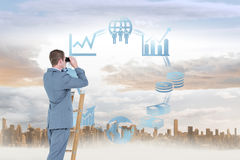 Imagem composta do homem de negócios que olha em uma escada Imagem de Stock