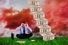 Imagem composta do homem de negócios que senta-se no assoalho com dor de cabeça Imagens de Stock