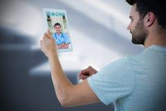 Imagem composta do homem que guarda a tabuleta digital Foto de Stock
