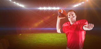 Imagem composta do jogador de futebol americano aproximadamente para jogar a bola imagens de stock royalty free