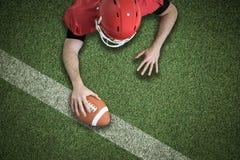 Imagem composta do jogador de futebol americano que tenta marcar foto de stock