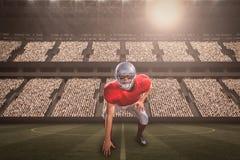Imagem composta do jogador de futebol americano que toma a posição ao jogar com 3d Fotografia de Stock Royalty Free