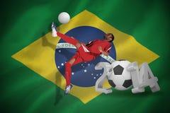 Imagem composta do jogador de futebol no retrocesso vermelho Imagem de Stock