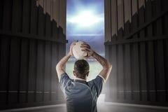 Imagem composta do jogador do rugby aproximadamente para jogar uma bola de rugby 3D Imagem de Stock Royalty Free
